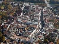 Das Leben pulsiert in der Stadt - Simon-Judi-Markt in Mühldorf - Der leicht gekrümmte Stadtplatz mit seinen Altstadtgassen - Im Hintergrund der Inn und die Innbrücke