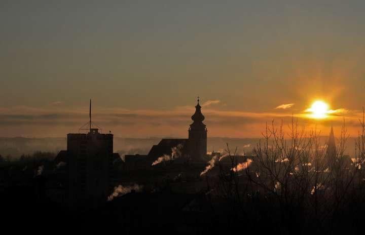 Guten Morgen Mühldorf - Das wird ein frostiger Tag - Die ersten Öfen werden schon geheizt, wie man an den Schornstein-Rauchfahnen erkennen kann