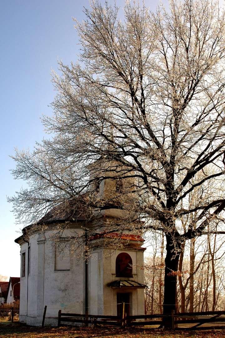 Eichkapelle - 1699 erbaut und 1700 durch den Bischof vom Chiemsee, Sigmund Carl Graf zu Castell, zu Ehren der Schmerzhaften Muttergottes geweiht (Hinweis durch die Pieta auf dem Altar). Im Volksmund wird die Kapelle nur Eichkapelle genannt. Der vollständige Name lautet Maria-Eich-Kapelle
