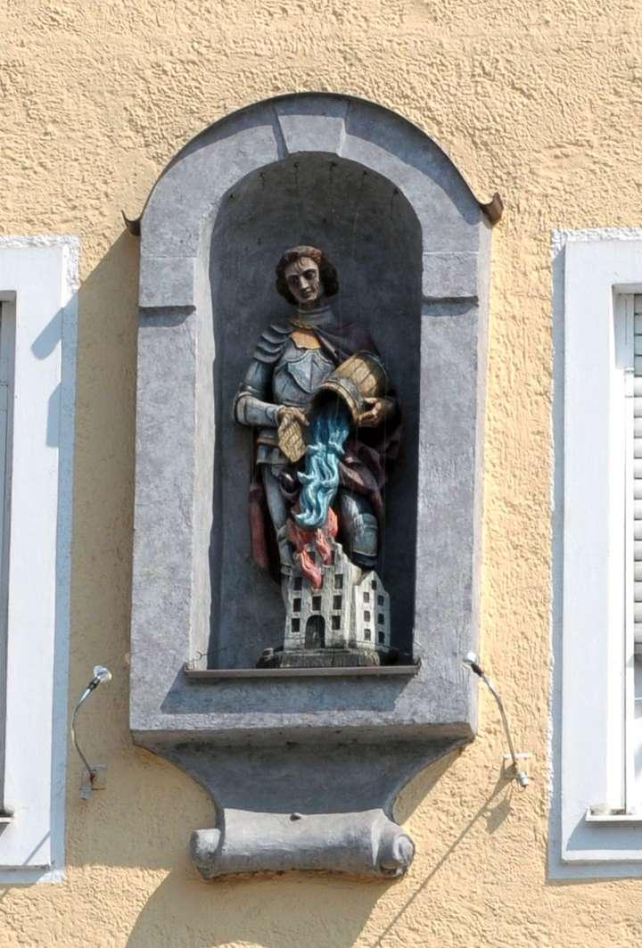 Hausheiliger - Hl. Florian - am Donaubauerhaus. Fast an jedem Stadtplatzhaus befindet sich eine Figur oder ein Gemälde