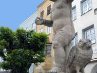 Die vom Eichstätter Bildhauer Berg geschaffenen Figuren schmücken seit 1839 vier Wasserspender. Liebevoll werden sie von den Mühldorfern Brunnenbuberl genannt.