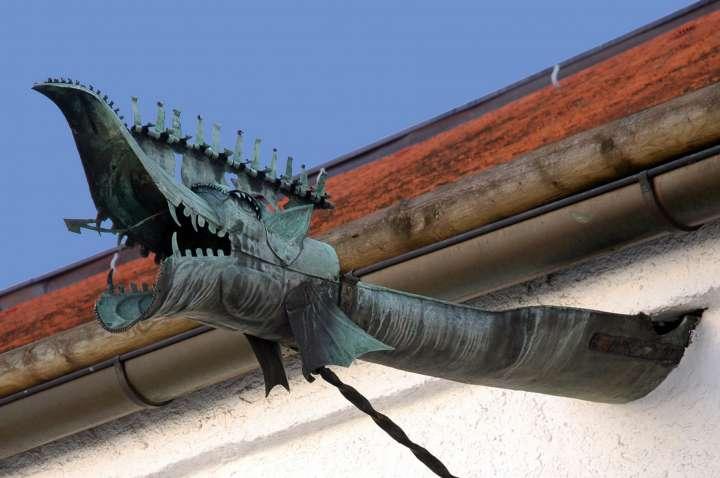 Wasserspeier-Drachen im Arkadenhof des Rathauses