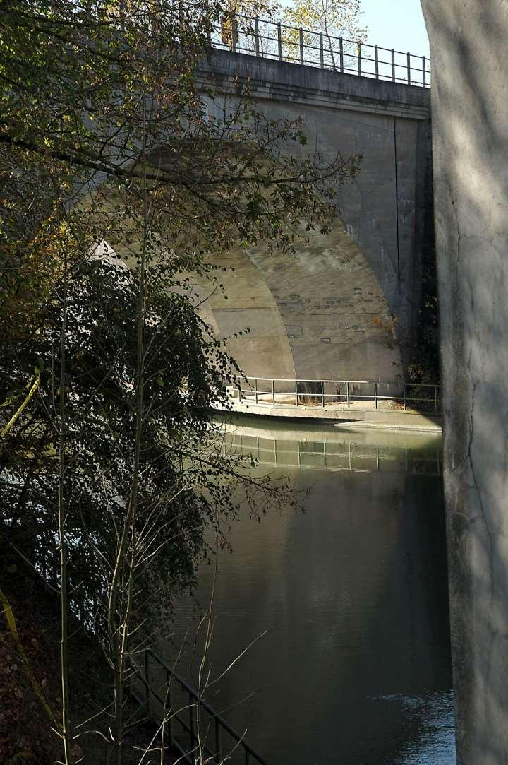 Der Innkanal - von Jettenbach über Mühldorf nach Töging - dient der Energiegewinnung. Zusammen mit der Bahn teilt er die Stadt zwischen Süd (Altstadtbereich) und Nord (mit dem Ortsteil Mößling)