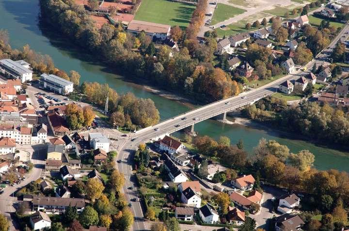 Heute stellt sich die Innbrück mit vier Bundesstraßen-12-Fahrbahnen als modernes Verkehrsprojekt dar. Die B12 führt hier direkt nach Altötting - Marktl - Simbach - Passau