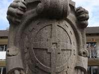Lange Zeit thronte dieser Löwe, das Mühldorfer Wappen beschützend in den Pranken haltend, auf einem Sockel des früheren Kriegerdenkmals am Mühldorfer Stadtplatz. Jetzt steht er als Mahnmal auf dem Sockel des Franzosenfriedhofs auf der Lände, Nähe Innufer. Sein Pendant - am Mühldorfer Kriegerdenkmals saßen früher zwei Löwen - sitzt jetzt auf einem Sockel an der Bayernbrücke in Waldkraiburg und fleht sehnsüchtig nach Mühldorf