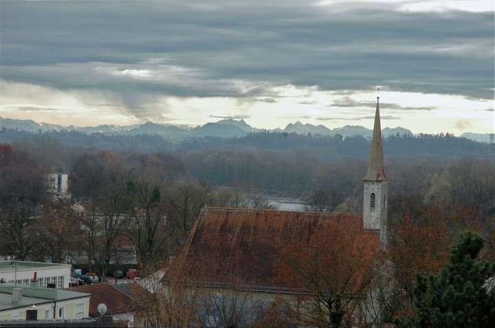 Katharinenkirche - Im Hintergrund fast zum Greifen nah die Bergkette der Alpen. Bei starkem Föhn zeigt sich dieser Weitblick