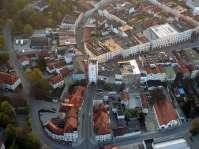 Vom Altstadtring aus kommt man durch das Münchener Tor direkt zum Stadtplatz. Das große Gebäude ist das Rathaus mit dem sehenswerten sog. Flez, dem wunderschönen Sitzungssaal, der Hexenkammer und einer wieder entdeckten Rauchkuchl