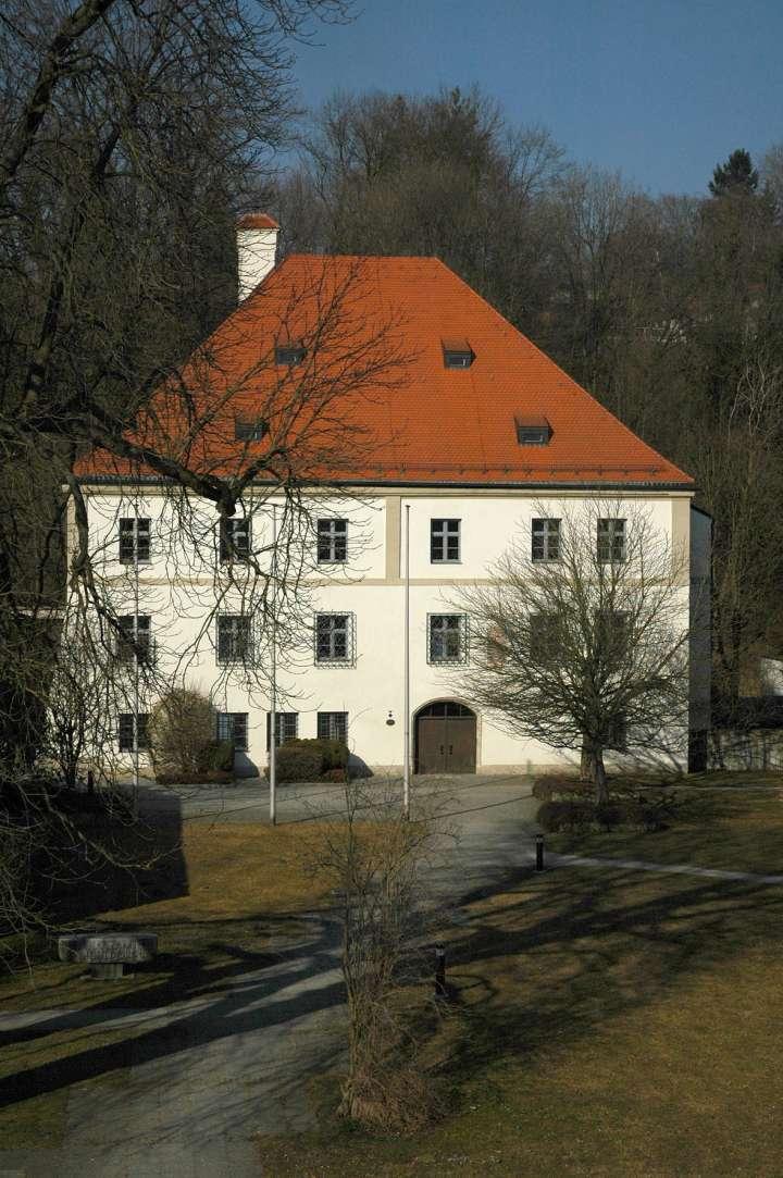 Das Pflegschloß des Erbauers Erzbischof Matthäus Lang im Jahr 1539. Kardinal Matthäus Lang hat seine Zeit von 1514 bis zur Übernahme der Bischofswürde in Salzburg im Jahre 1519 in Mühldorf zugebracht. Heute befindet sich das Finanzamt in diesem Haus.