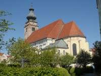Am Kirchenplatz dominiert der Alles überragende Kirchturm der Stadtpfarrkirche Sankt Nikolaus