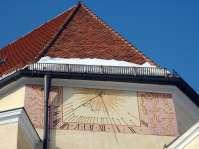 An der Süd-Ost-Seite der Nikolauskirche befindet sich eine schöne Sonnenuhr