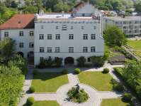 Schöner Pfarrhof und wunderschöner Pfarrgarten der Stadtpfarrkirche Sankt Nikolaus