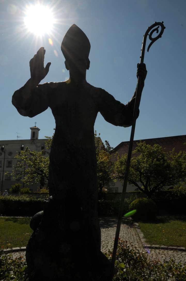 In der Mitte des Pfarrgartens steht eine übermannsgroße Statue des heiligen Korbinian