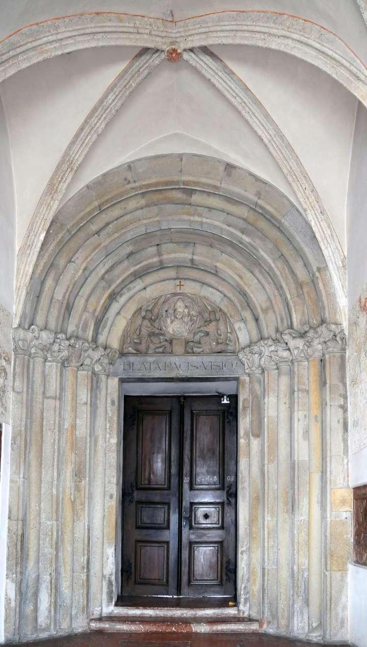 Das romanische Portal der Stadtpfarrkirche wurde 1932 restauriert. Anstelle der zerstörten ursprünglichen Kapitelle reihte man auf die Säulen in Sandstein gehauene Tierkreissymbole.