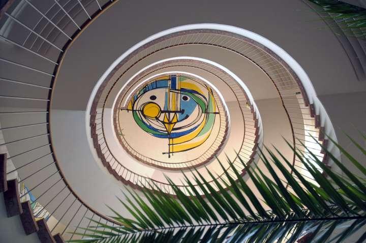 Der Mühldorfer Künstler Hans Prähofer hat den Treppenaufgang im Kreisklinikum gestaltet