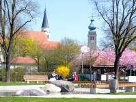 Innstadtpark - Ein riesiger Gletscher-Findling wurde im Innstadtpark als Findlingbrunnen verwendet.