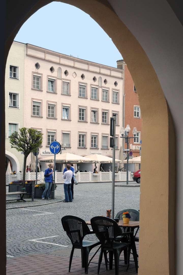 Stadtplatz 47 - Das Boch-Haus - Hinter der Blendmauer befand sich im 3. Stockwerk früher ein Grabendach. Mit dem Dachumbau eines Flachdaches wurde der 3. Stock bewohnbar. Die Hausheiligen in den Nischen wurden leider mit dem Hausverkauf entfernt.