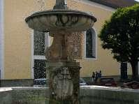 Salzburger Hochbrunnen auf dem Stadtplatz -  das Wappen des Salzburger Erzbischofts Johann Ernst Graf von Thun ist im Brunnen eingemeisselt