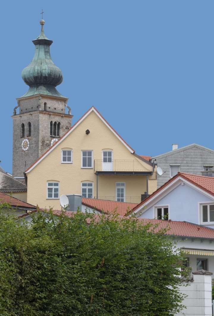 Berchtesgadener Kasten - im Hintergrund der Turm der Stadtpfarrkirche Sankt Nikolaus