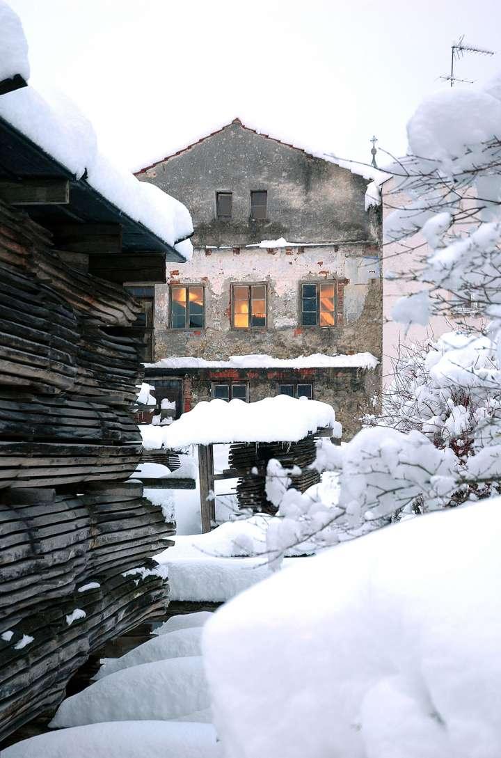 Der Höcherl Fritz war Mühldorfs letzter Faßlbinder und hatte neben diesem Haus seine Werkstatt. Die Eichenbretter sind seit Jahr(zehnt)en, seit dem Tod vom Höcherl Fritz, immer noch im Hof zum Trocknen gestapelt und werden hier vom vielen Schnee zugedeckt.