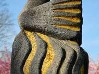 Innstadtpark - Die Phoenixfigur - Bildende Kunst am Skulpturenweg vor der Grundschule