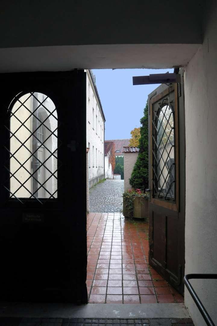 Durchgang vom Stadtplatz zur Musikschule - auch Eingang in die Frauenkirche