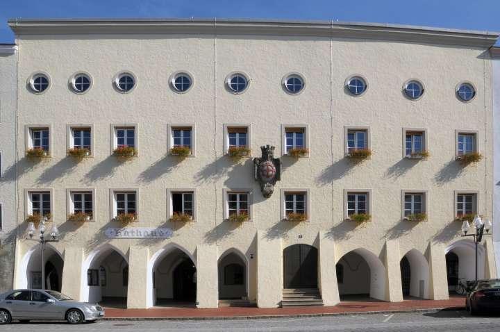 Das große, ehrwürdige Rathaus am Stadtplatz, mit dem Mühldorfer Wappen über dem Aufgangsportal
