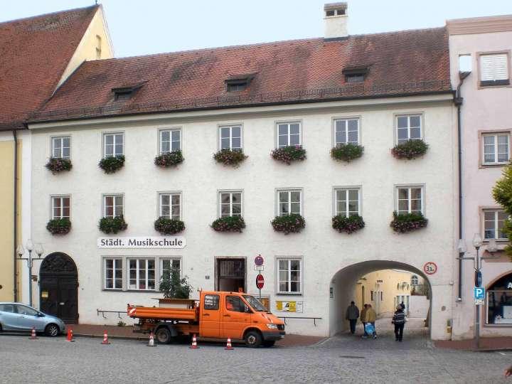 Erst Klosterschule für Mädchen der Armen Schulschwestern, dann Postamt, dann Städtische Musikschule, künftig Kaufhaus H & M