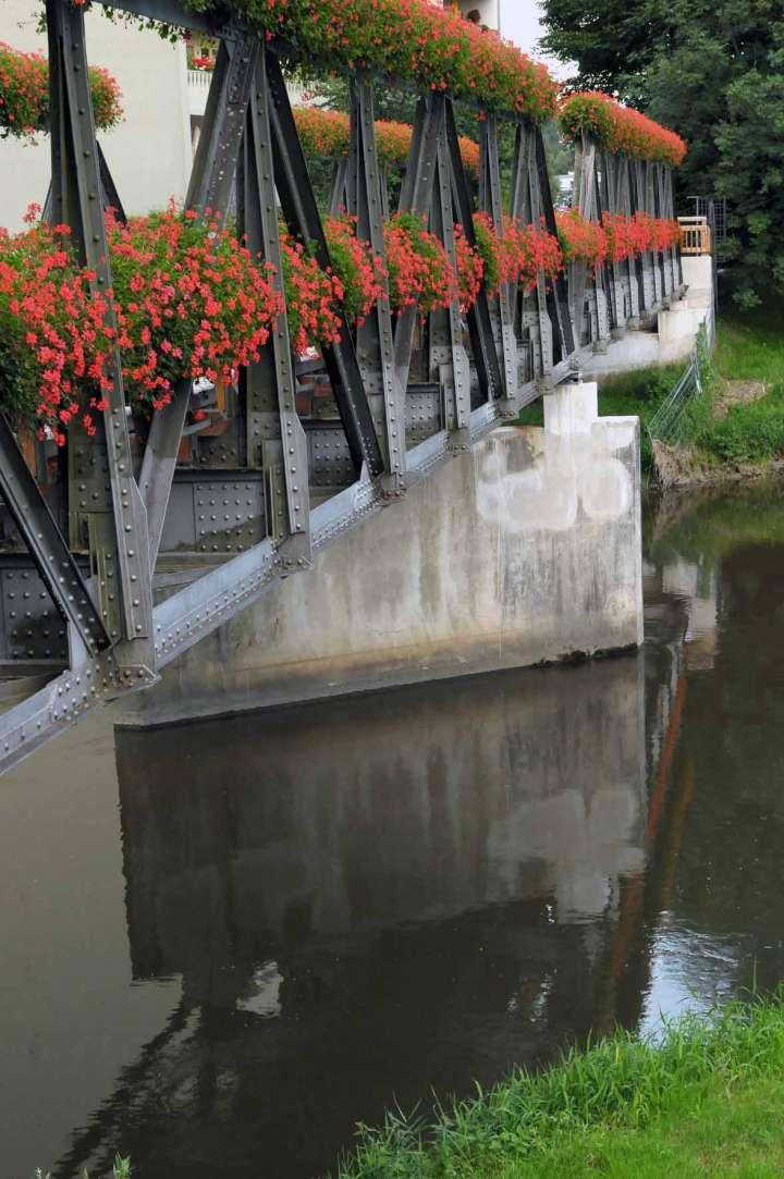 Die Brücke über die Mangfall wurde von den Rosenheimer Gärtnern mit Geranien geschmückt
