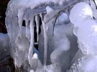 gefrorene Quellenzuläufe glitzern kristallen und bizarr in der eisigen Wintersonne
