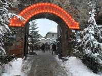 Durch das alte große Tor in der Stadtmauer betritt der Besucher den Mühldorfer Christkindlmarkt, der alle Jahre Anfang Dezember stattfindet