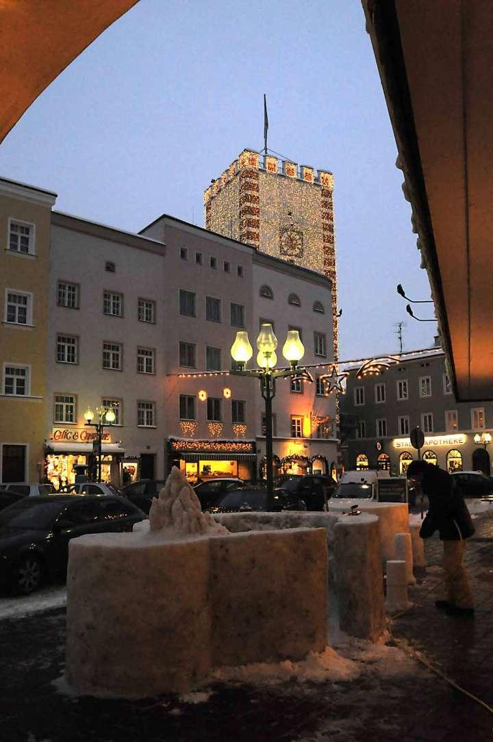 Weithin leuchtet der Nagelschmiedturm als möchte er am noch frühen Abend Mühldorfs Gäste in die Schneebar zu seinen Füssen einladen