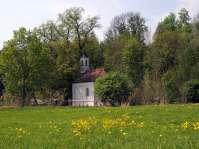 Die Kronwidlkapelle in Ecksberg - Viele Votivtafeln im Inneren zeugen von den Wallfahrtsbesuchen der Menschen aus Nah und Fern. Die Quelle am Fuß der alten Linde verspricht Heilung und Linderung nach dem Benetzen der Augen