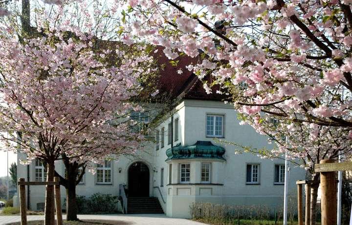 Die Städtische Musikschule ist vom Stadtplatz in die Luitpoldallee umgezogen. Am 16. Juli 2011 erhält das Gebäude offiziell seinen Namen - ab diesem Tag unterrichten hier hervorragende Musiklehrer in der Musikschule im Hans-Prähofer-Haus