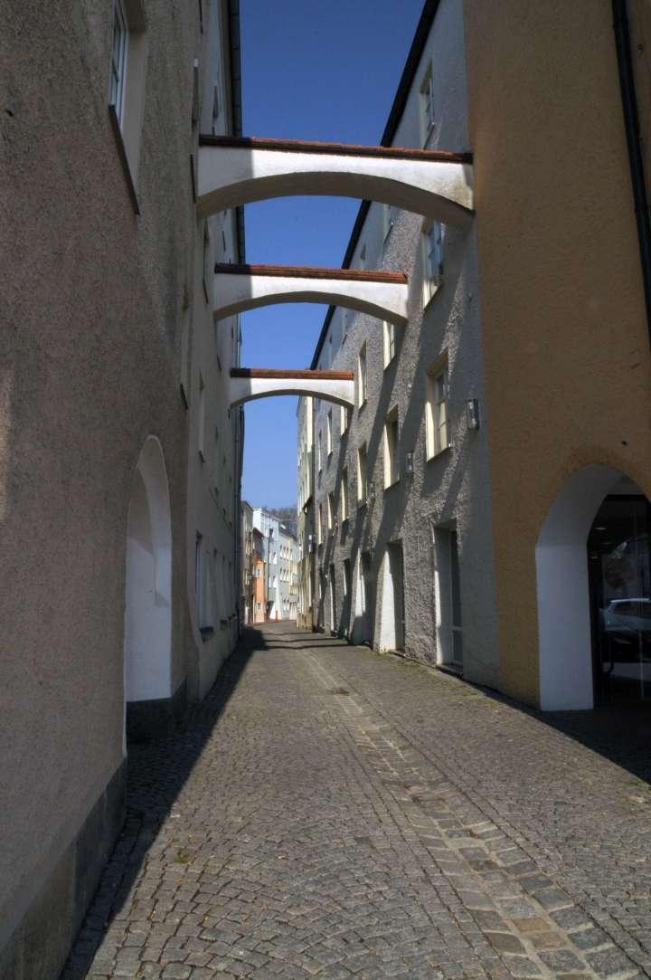 Schwibbögen in der Daxenbergergasse, wie in fast allen Gassen zum Stadtplatz werden auch hier die freistehenden Gassenwände der Stadthäuser gegenseitig durch die Schwibbögen abgestützt.