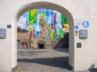 Innenhof zwischen Haberkasten und Kornkasten - Eine bunte Fahnenmontage des Farbkreis 99 aus Anlass der Kulturwoche - Frühling lässt sein blaues Band lustig flattern durch die Lüfte - süße, wohlbekannte Düfte streifen ahnungsvoll das Land ....