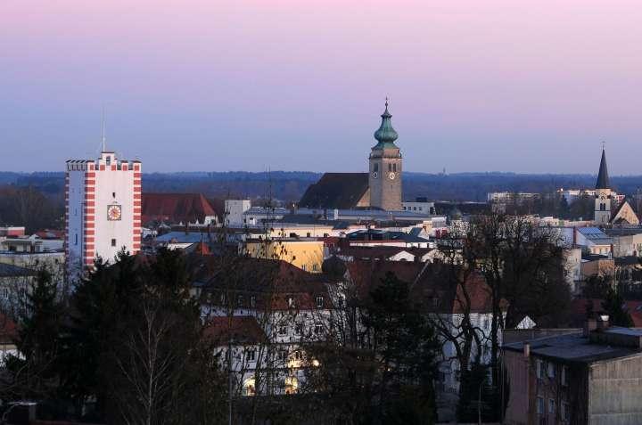 Gute Nacht Mühldorf - Die untergehende Februarsonne gibt den Altstadthäusern einen purpurnen Anstrich - die ersten Lichter werden eingeschaltet