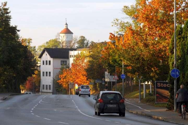 Rot-gelb gefärbte Blätter an den Ahornbäumen säumen die Innere Neumarkter Straße zwischen Kanalbrücke und der Bahnunterführung. Der immer gegenwärtige alte Wasserturm spitzt Richtung Norden
