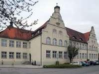 Die frühere Grundschule dient jetzt der Städtischen Musikschule Mühldorf als Unterrichtsstätte. Am 16. Juli 2011 wird die Schule eingeweiht und in ehrwürdigem Gedenken seiner Künste und in Anerkennung und Würdigung seines Lebenswerkes nach dem heimischen Maler, Schriftsteller und bildenden Künstler Hans-Prähofer-Haus genannt