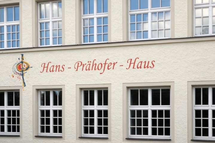 Die kunstvolle Beschriftung mit Hans-Prähofer-Haus