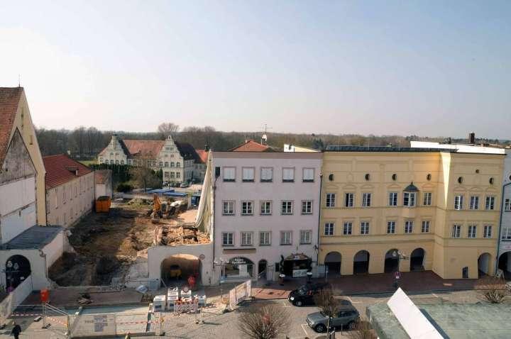 Lücke zwischen den Stadthäusern - Am 30. März 2011 bot sich dem Betrachter - vom gegenüberliegenden Hausdach aus fotografiert - dieser nur kurze Zeit sichtbare Anblick. Wegen des Abrisses der früheren Musikschule entstand für kurze Zeit eine Baulücke, durch die man das Gebäude des jetzigen Hans-Prähofer-Hauses sehen konnte
