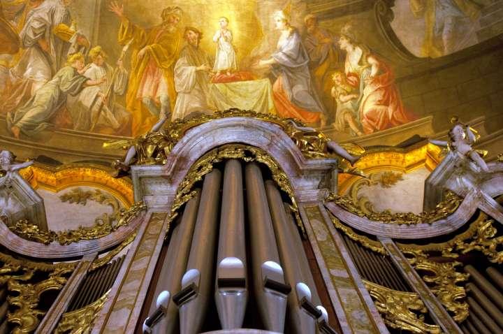 Im Deckenfresko über der Orgel der Kirche Sankt Nikolaus in Mühldorf a. Inn ist die Taufe des hl. Nikolaus dargestellt