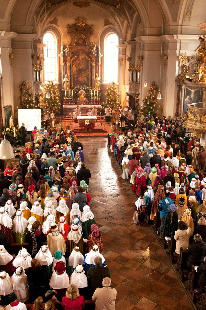 Alljährlich werden die Sternsinger vom Diözesanbischof in Bayern in die Lande geschickt um an die Türen zu klopfen. Im Jahr 2012 war Bischof Bischof in der Nikolauskirche um die ca 600  jungen Leute in Bayern zu entsenden