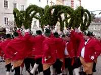 Der Schäfflertanz wurde der Legende nach erstmals im Jahr 1517  in München während einer Pestepidemie aufgeführt, um die Bevölkerung, die sich aufgrund der Pest kaum mehr auf die Straße traute, zu beruhigen und das öffentliche Leben wieder in Gang zu bringen. Ab 1830 verbreitete sich der Brauch durch wandernde Schäfflergesellen auch außerhalb Münchens und ist heute in vielen Orten im altbayerischen Raum üblich. Der Schäfflertanz in Mühldorf a. Inn - siehe Bild - blickt auf ein 150-jähriges Brauchtum zurück. So manch einer der Zuseher wird beim Tanz die Melodie mitsingen - aber heit is koid - aber heit is koid