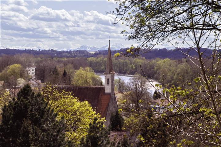 Diesen Blick ins Inntal, im Vordergrund Mühldorfs älteste Kirche - die Katharinenkirche, kann man nicht oft genug genießen. Wenn sich bei Föhnlage am Horizont der Alpenkamm auftut, spürt der Betrachter ein ganz heimeliges Gefühl. Zu erreichen ist dieser Aussichtspunkt über eine Hangtreppe nach dem Häuserdurchgang in der Stadtbergkurve. Von dort haben Sie auch einen schönen Blick über die Mühldorfer Altstadt