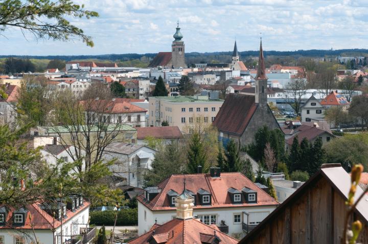 Hinterm Bertleschlössl-Türmchen im Vordergrund reihen sich nacheinander die Katharinenkirche, die Frauenkirche und die Nikolauskirche auf. Auf dem Hügelkamm schaut noch die Kirche von Hohenwart bei Tüßling nach Mühldorf