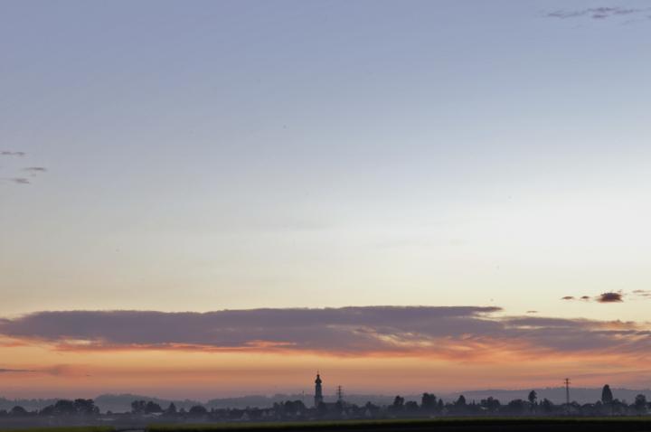 Wer zu den Frühaufstehern gehört und sich im Norden der Stadt Mühldorf umsehen möchte, kann diesen frühmorgendlichen Blick auf den Ortsteil Mößling einfangen