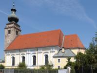 Nikolauskirche Mühldorf - Nur noch die Maschen des Bauzaunes stehen vor der gewaltigen Südfassade - eine Ansicht der Stadtpfarrkirche, die sich dem Betrachter nur für einige Monate eröffnet. Für die älteren Bürger entsteht hier in unmittelbarer Stadtzentrumnähe das Heilig-Geist-Caritas-Altenheim