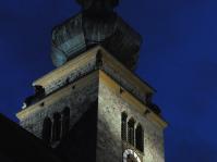 Stimmungsvoll beleuchtet zeigt der Turm der Nikolauskirche auch nach Einbruch der Dunkelheit seine kunstvollen Glocken-Schallöffnungen, die Aussichtsplattform und den schönen, einzigartigen Zwiebelturm