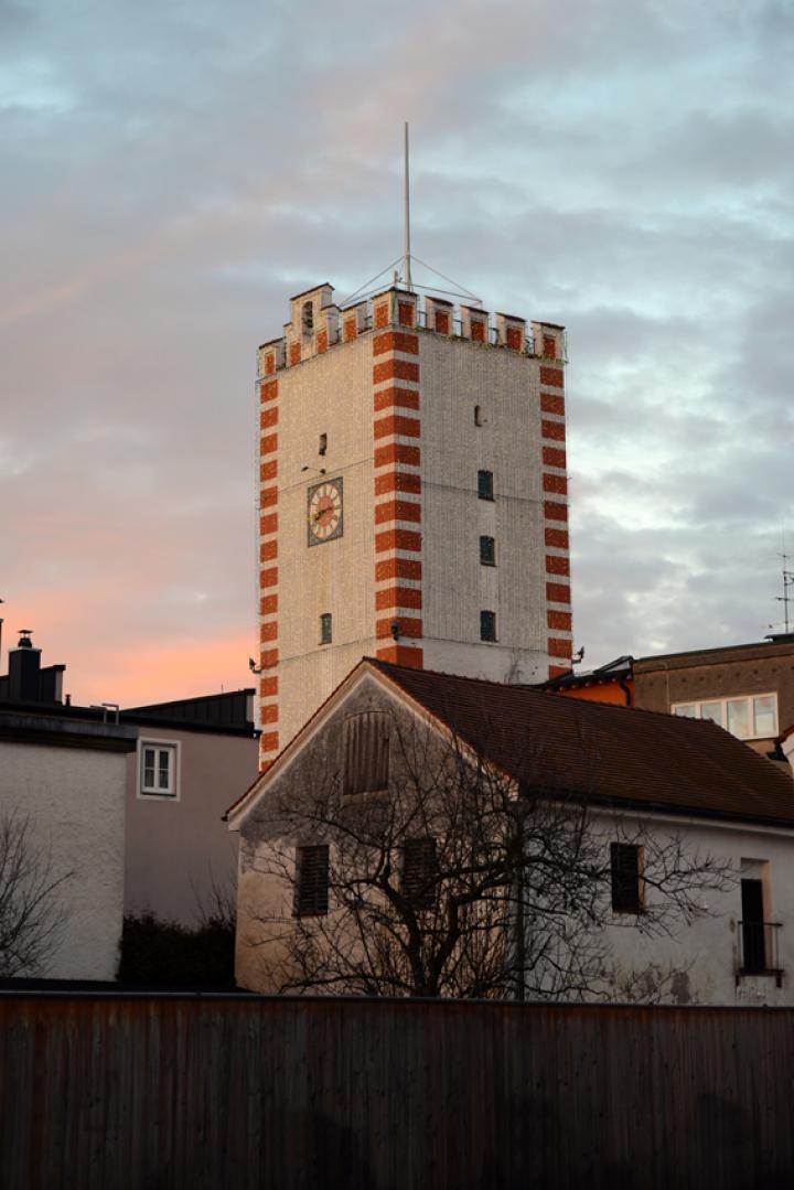 Die Tage werden wieder länger - das Abendsonnenlicht gibt dem beleuchteten Nagelschmiedturm zwei Tage vor Jahreswechsel einen leicht purpurnen Anstrich