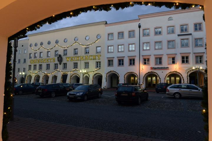 Weithin sichtbar - die Weihnachtswünsche der Kreisstadt Mühldorf a. Inn